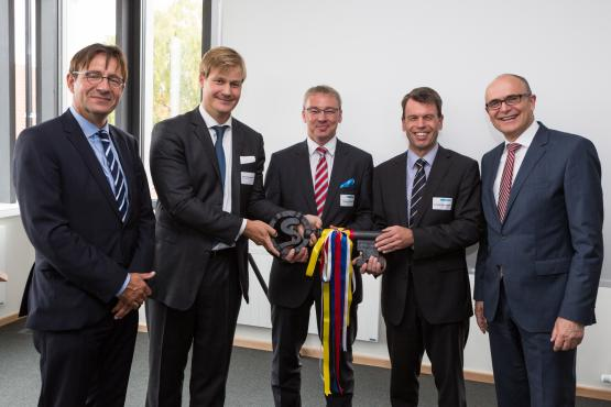 Schlüsselübergabe zu feierlichen Eröffnung der Netzleitstelle in Schwerin