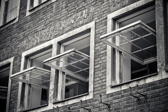 Stoßlüften anstatt die Fenster lange Zeit auf Kipp zu haben spart Energie