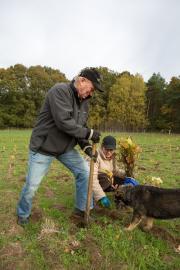 """Elfriede und Richard Hellmann kommen aus Hamburg. Als WEMAG-Kunden beteiligen sich schon zum dritten Mal bei einer Baumpflanzaktion des Energieversorgers. Immer mit dabei ist auch ihr Hund Locke. """"Wir sind hier, weil wir etwas für die Zukunft tun wollen"""","""