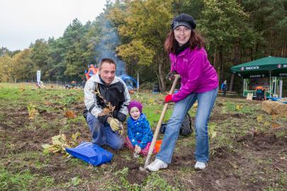 Jörg Mangels, Tochter Laura und Nadine Steinhauer (v.l.) beteiligen sich zum ersten Mal an der WEMAG-Baumpflanzaktion. Sie kommen aus Dorf Mecklenburg und wollen einfach mit anpacken.