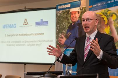 Energieminister Christian Pegel hält einen Vortrag auf dem 3. Energieforum M-V