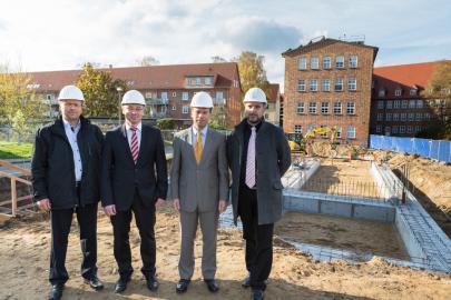 Dirk Lembke, Thomas Pätzold, Caspar Baumgart und Heiko Schröder (v.li) bei der feierlichen Grundsteinlegung.