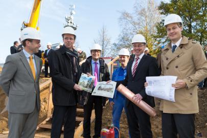 Dr. Christian Frenzel, Bernd Nottebaum, Thomas Pätzold und Lars Schneekloth befüllen die Kupferhülse.