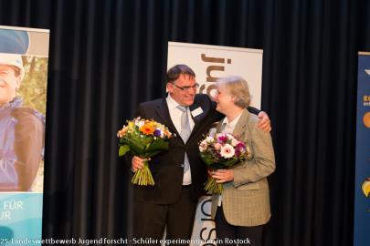 Patenbeauftragte Heike Danker wird von Wettbewerbsleiter Frank Melhaff verabschiedet