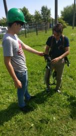 Praktikanten beim Anlegen des Klettergeschirrs