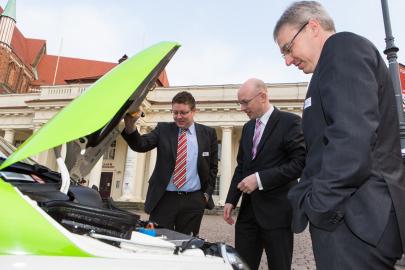 WEMAG-Mitarbeiter Tobias Struck erklärt die Funktionsweise des E-Autos