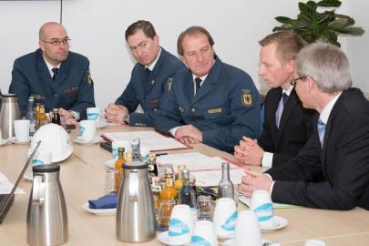 Gerd Friedsam, Andreas Haak und Thomas Pätzold im Besucherraum des Batteriespeichers