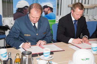 Gerd Friedsam und Andreas Haak bei der Vertragsunterzeichnung