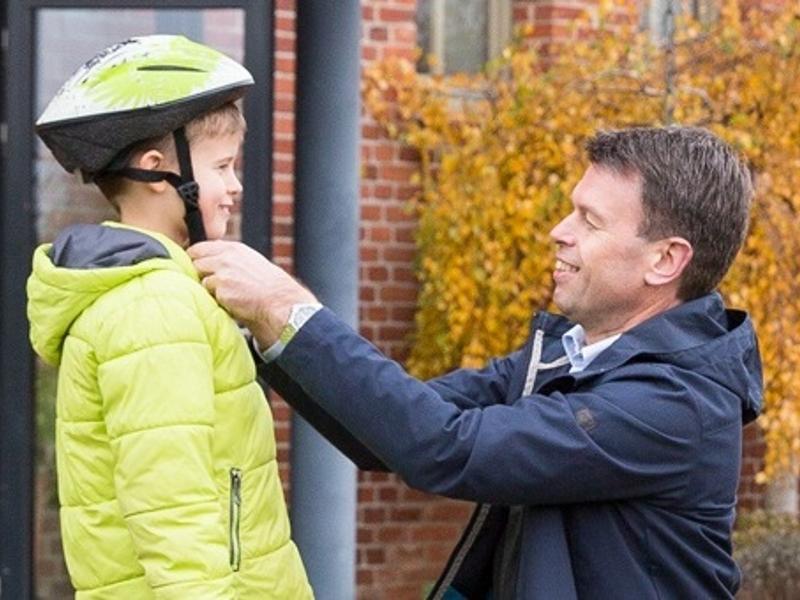 Caspar macht was Vernünftiges und achtet darauf, dass seine Tochter auf ihrem Fahrrad verkehrssicher und mit Helm unterwegs ist.