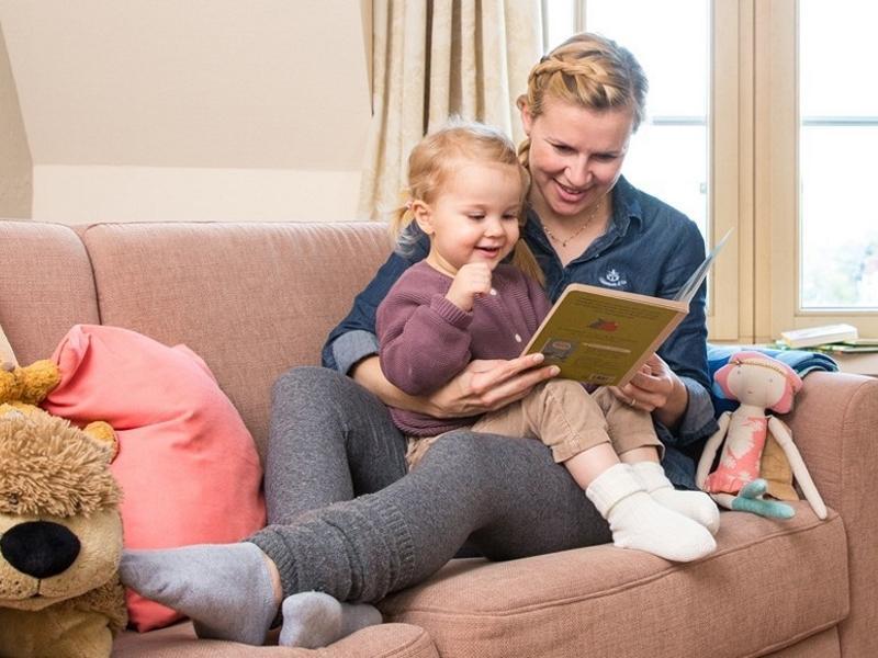 Jenny macht was Vernünftiges und liest ihrer kleinen Tochter jeden Abend aus einem Buch vor.