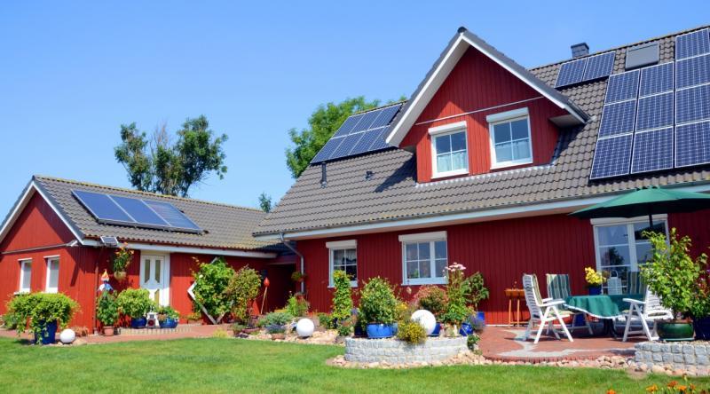 Photovoltaikanlage auf dem Dach - dank Stromspeicher auch Nachts nutzbar