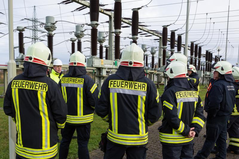 WEMAG-Mitarbeiter Andreas Casper erläutert die Besonderheiten des Umspannwerks