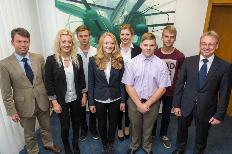WEMAG-Vorstände Caspar Baumgart und Thomas Pätzold begrüßen die neuen Auszubildenden