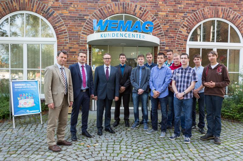 Die neuen Auszubildenden werden von WEMAG-Vorstand Caspar Baumgart, e.dat Abteilungsleiter Detlef Repper und Personalleiter Michael Enigk begrüßt