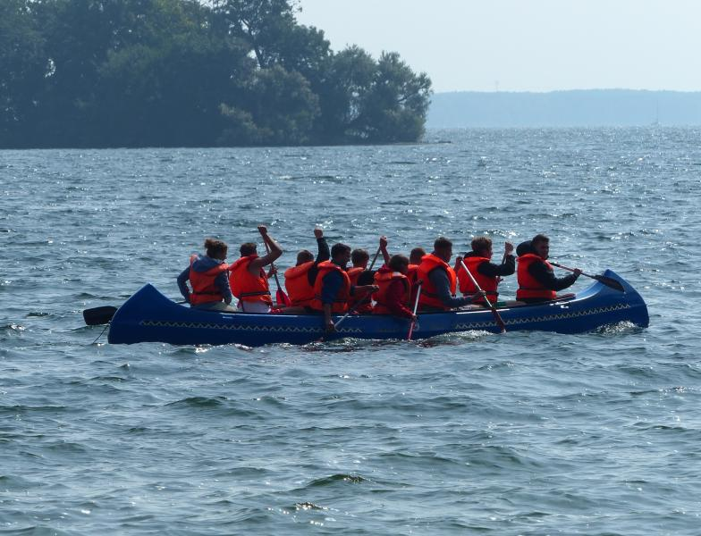 Die neuen und alten Auszubildenden der WEMAG unternahmen u. a. eine Kanutour