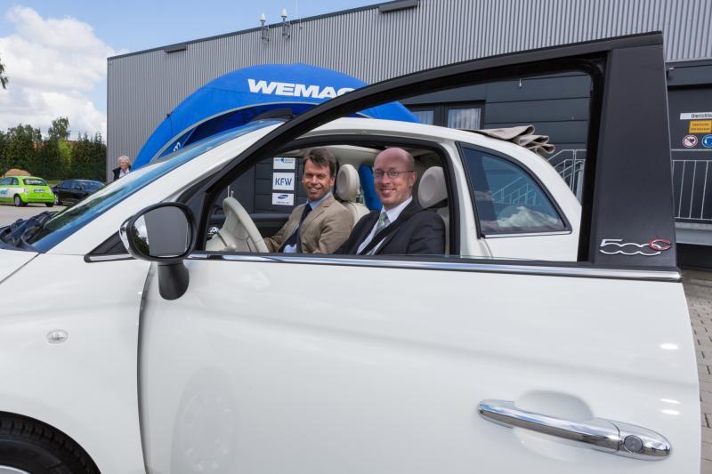 Energieminister Christian Pegel und WEMAG-Vorstand Caspar Baumgart im Elektroauto