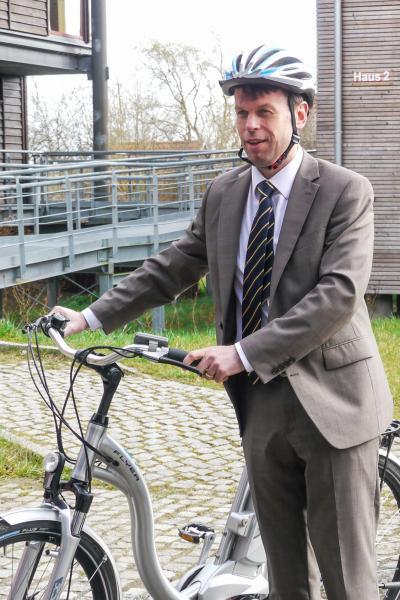 WEMAG-Vorstand Caspar Baumgart mit einem Elektrofahrrad