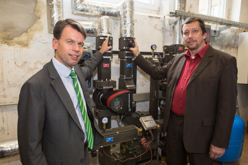 WEMAG-Vorstand Caspar Baumgart und Bürgermeister Werner Eckel bei der Inbetriebnahme