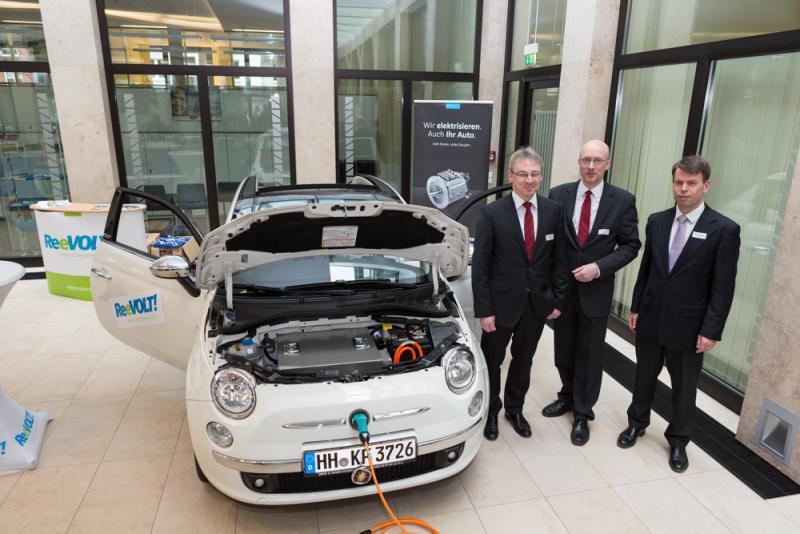 Energieminister Christian Pegel ist begeister vom Elektroauto