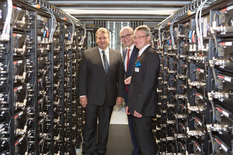 Sigmar Gabriel, Erwin Sellering und Thomas Pätzold im Herzstück des Batteriespeichers