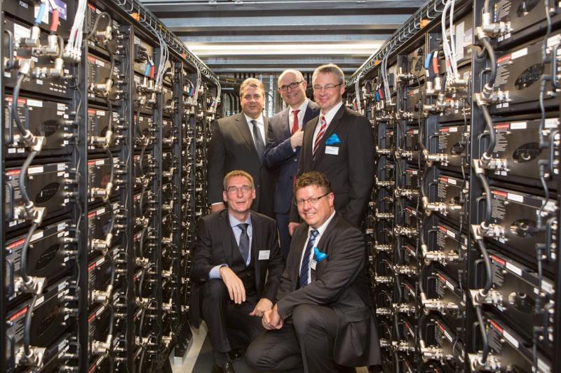 Vertreter aus Politik und Wirtschaft haben viel Spaß im neuen Batteriespeicher