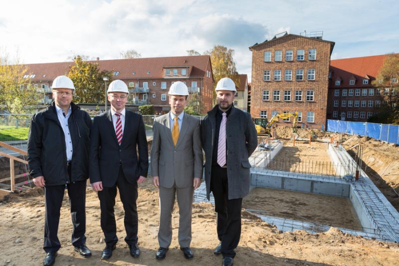 Bernd Nottebaum, Thomas Pätzold, Dr. Christian Frenzel und Lars Schneekloth legen den Grundstein