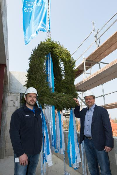 WEMAG-Projektleiter Heiko Schröder und Dirk Lembke auf der neuen Netzleitstelle