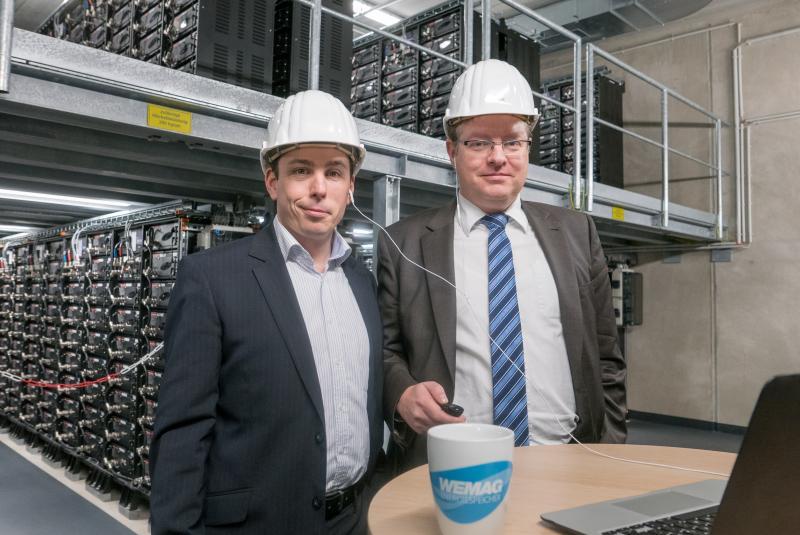 Jost Broichmann und Tobias Struck im WEMAG-Batteriespeicher