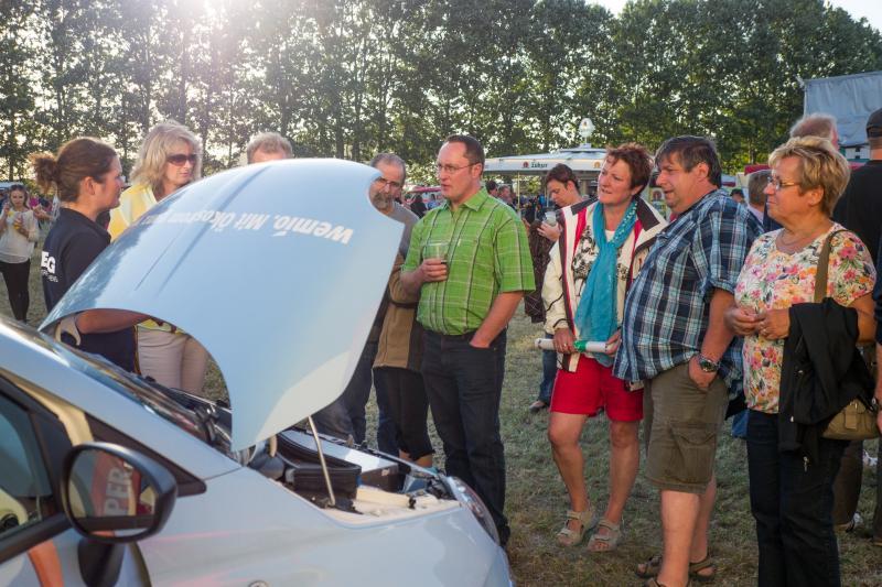 Präsentation des Elektroautos beim WEMAG Stand der NDR-Sommertour