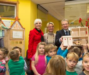 WEMAG-Vorstandsmitglied Thomas Pätzold überreichte im Beisein von Sozialministerin Hesse und Wittenburgs Bürgermeisterin Dr. Margret Seemann die Geschenke
