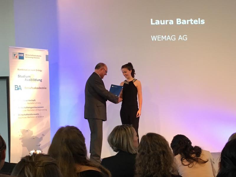 Laura Bartels von der WEMAG erhält ihr Abschlusszeugnis