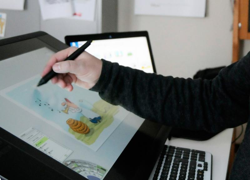 Mario Lars zeichnet sein Cartoons direkt digital auf einem klappbaren Monitor