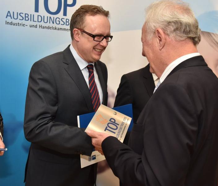 Michael Enigk nimmt die Auszeichnung Top-Ausbildungsbetrieb entgegen