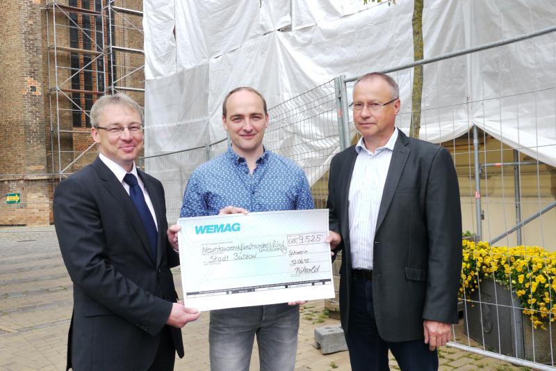 WEMAG-Vorstand Thomas Pätzold und Betriebsratsvorsitzender Rainer Benesch überreichen den Scheck
