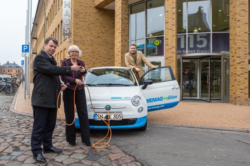 WEMAG-Vorstand Caspar Baumgart überreicht den Schlüssel für das Elektroauto
