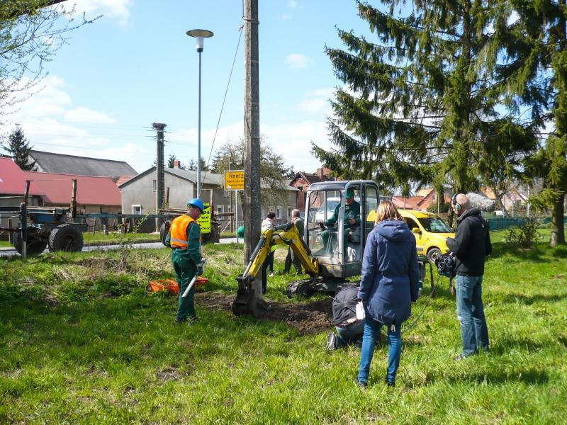 Mit Unterstützung der WEMAG wird ein neues Storchennest gebaut