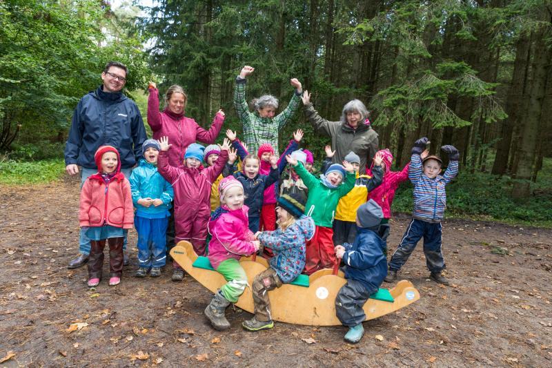 Waldkinder feiern Holzwippe