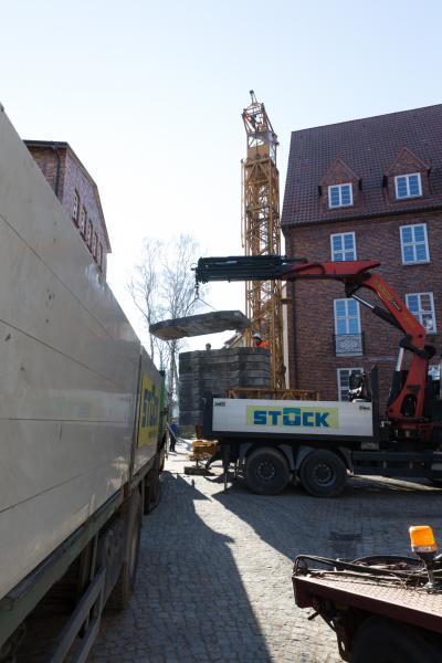 An der Giebelseite des Gebäudes am Obotritenring wird der Kran montiert.