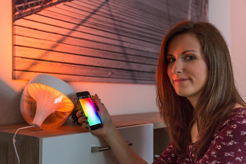 WEMAG Mitarbeiterin Laura Bartels mit dem Philips Hue Iris