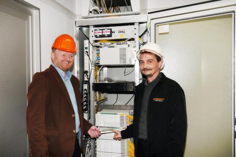 Rainer Killer und Steffen Goldbach vor der Schaltstation in Ventschow