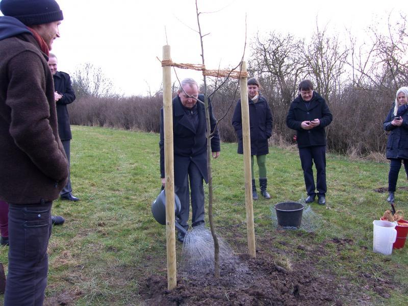 Till Backhaus gießt einen Baum