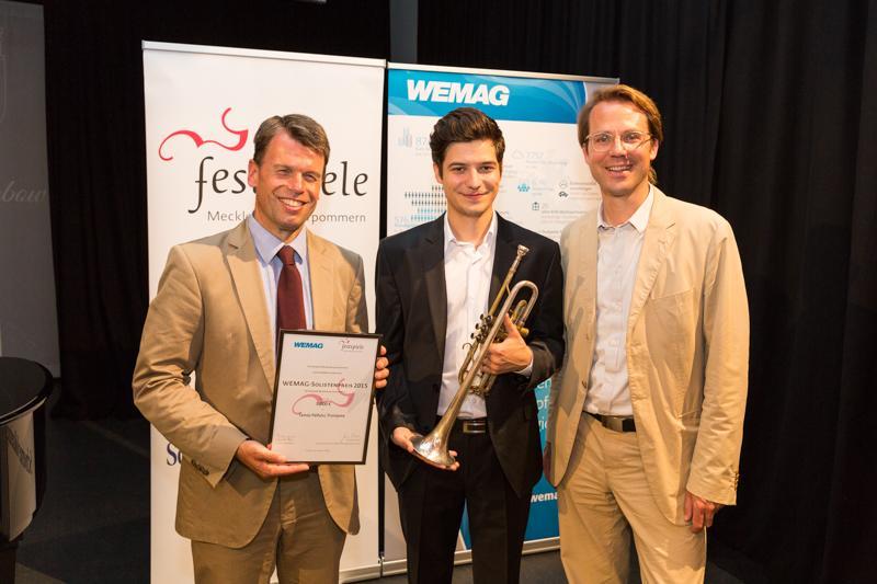 WEMAG-Vorstand Caspar Baumgart (li.) und Festspiele-Intendant Dr. Markus Fein mit dem Preisträger Tamás Pálfalvi