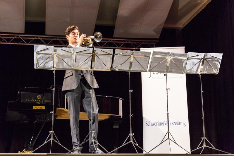 Der ungarische Trompeter Tamás Pálfalvi bei einem Auftritt