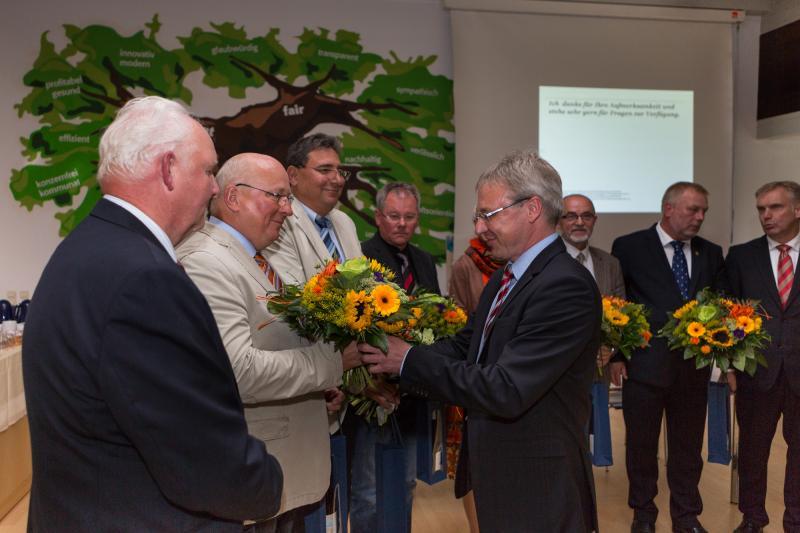 WEMAG-Vorstandsmitglied Thomas Pätzold begrüßt den leitenden Verwaltungsbeamten Alfred Matzmohr im neuen KAV-Vorstand