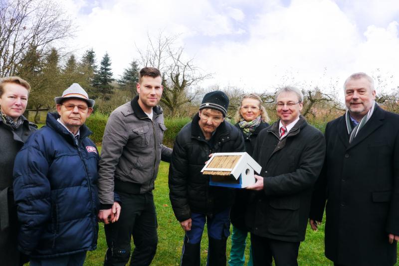 WEMAG-Vorstand Thomas Pätzold freut sich über das selbstgemachte Vogelhaus der Lebenshilfe e.V.