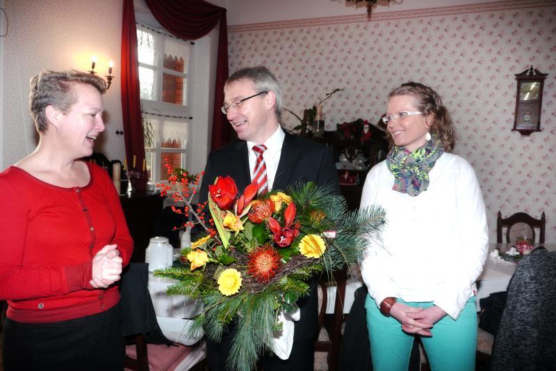 Susanne Meffert und Anja Stolzki bedanken sich bei WEMAG-Vorstand Thomas Pätzold