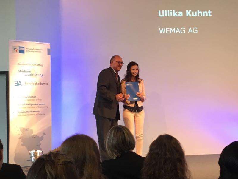 Ullika Kuhnt von der WEMAG erhält ihr Abschlusszeugnis