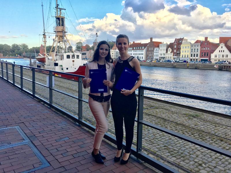 Die Absolventinnen Ullika Kuhnt und Laura Bartels mit ihren Abschlusszeugnissen