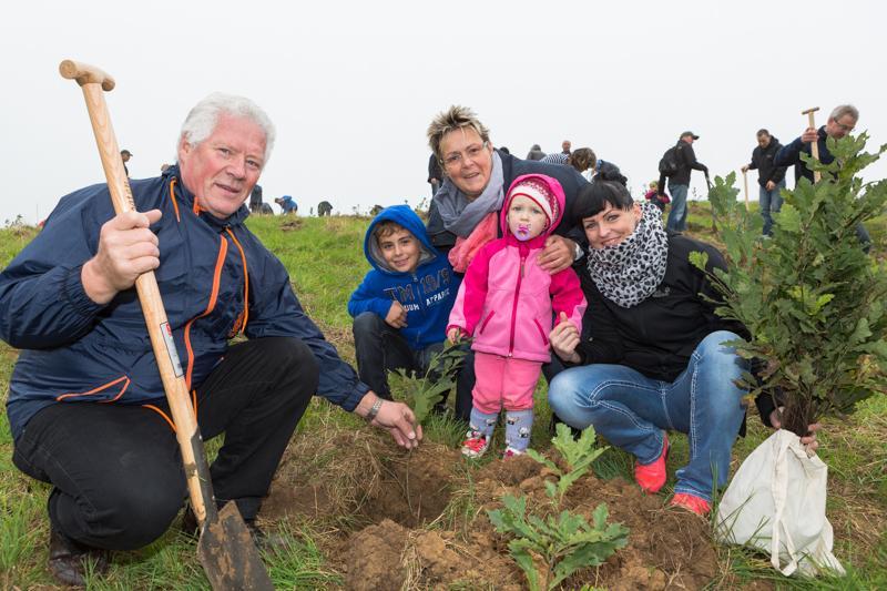 WEMAG-Kunden bei der Baumpflanzaktion 2014