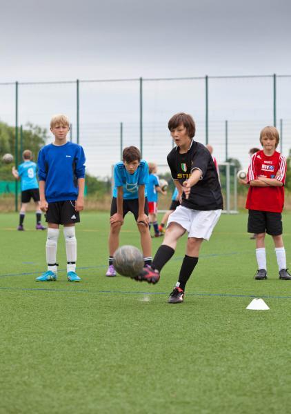 WEMAG verlost Platz in der Fußball-Talentferienschule